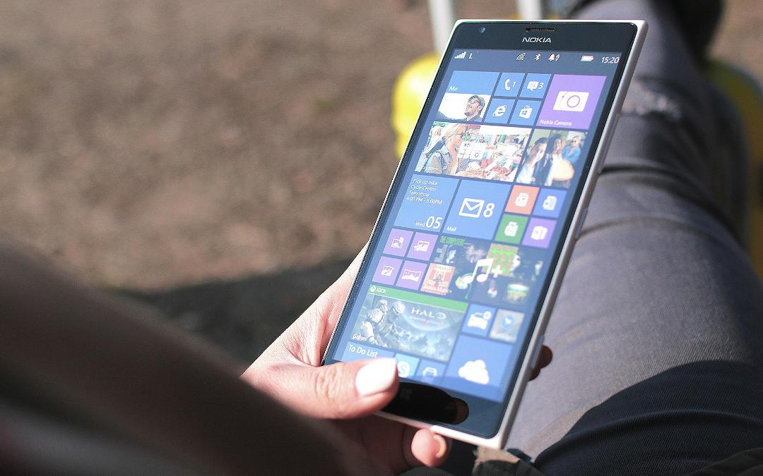 smartfon emitujący światłem niebieskim