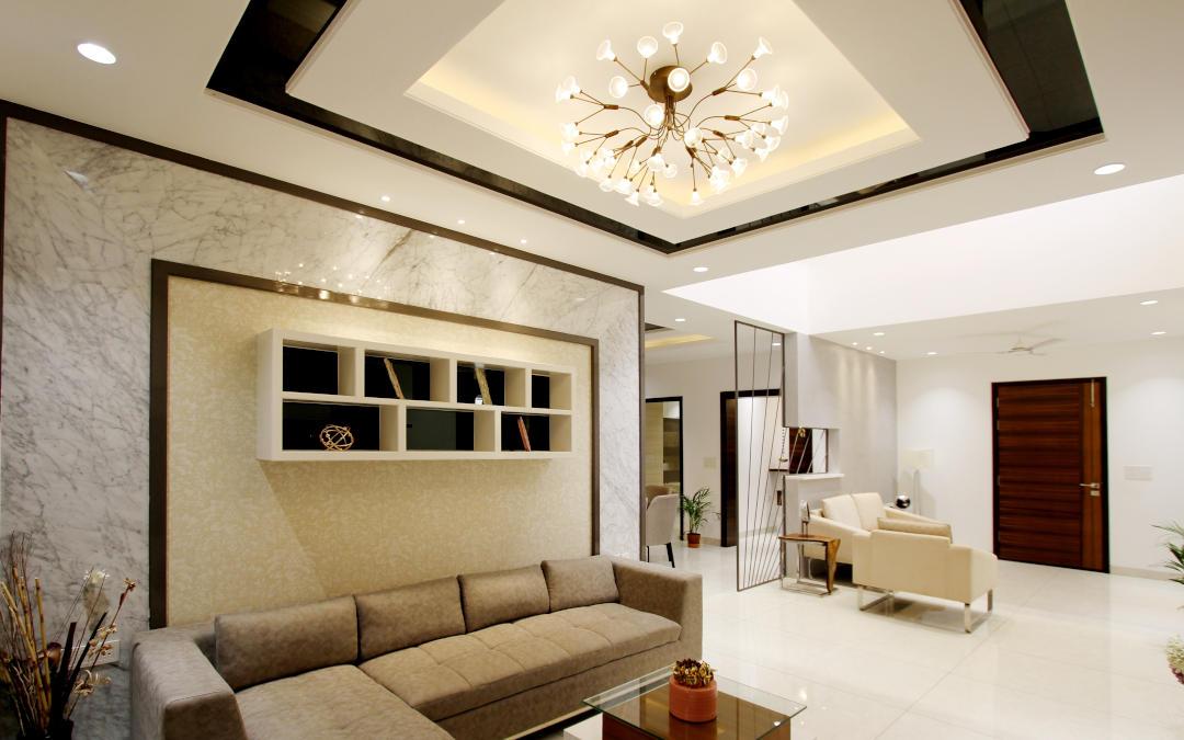 żyrandol dobrze oświetlający salon apartamentu