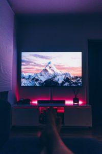 Dobrze zrobione oświetlenie za telewizorem wygląda efektownie