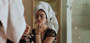 Jak oświetlić toaletkę, żeby makijaż zawsze wychodził idealnie?