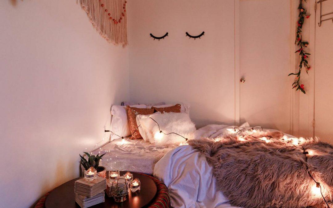 Jak zbudować romantyczny nastrój w sypialni za pomocą lampy stojącej? Poradnik