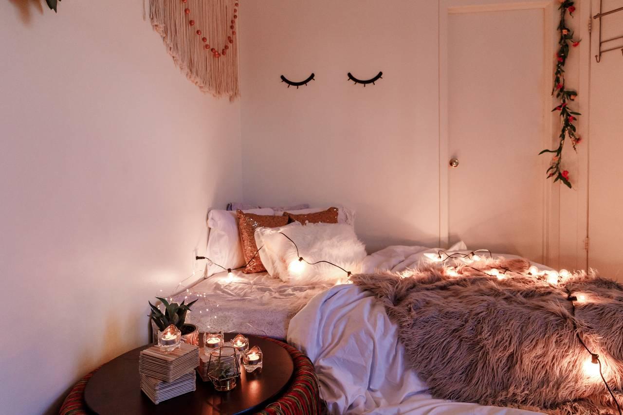 Jak uzyskać romantyczny nastrój w sypialni z wykorzystaniem oświetlenia
